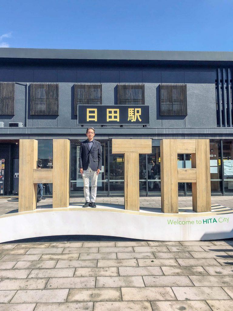 木質建築が特徴的な日田駅の前で