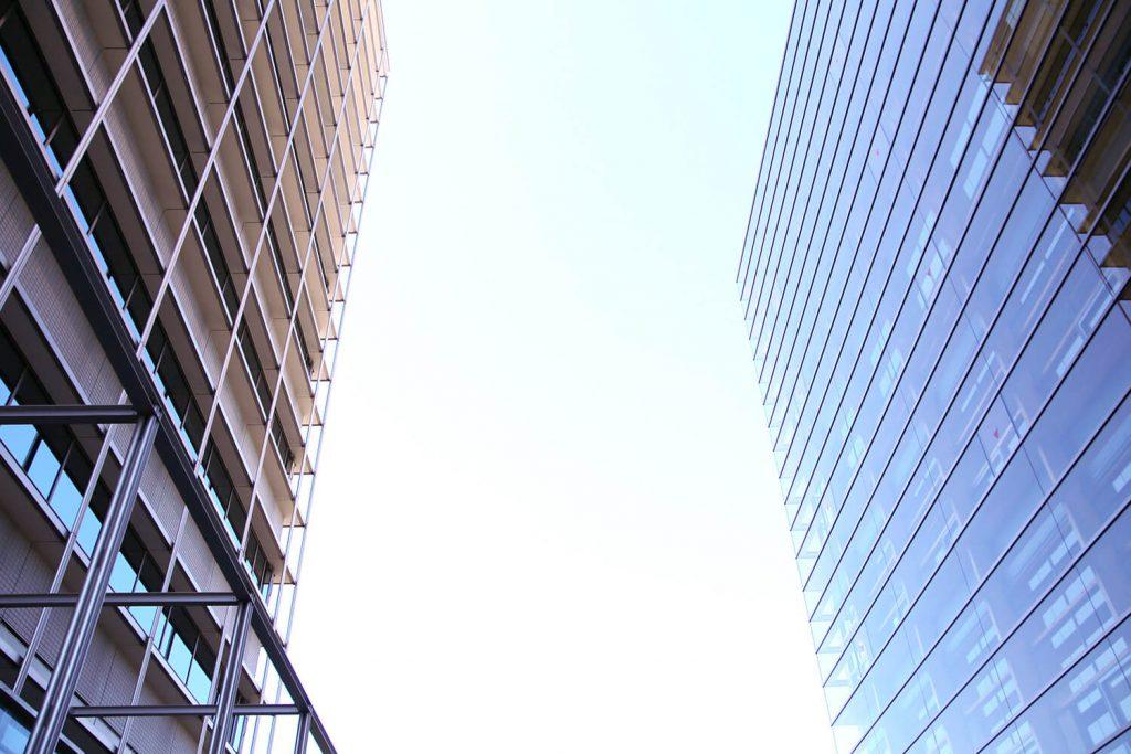 写真左が既存の本館ビル。本館も竹中工務店が設計施工。